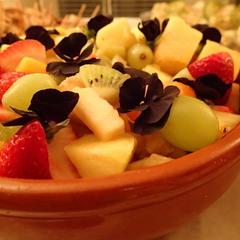Fruitsalade met eetbare bloemetjes thumbnail 2x