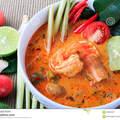 Thaise garnalensoep met citroengras tom yum goong op bruine doekachtergrond 66894837 thumbnail