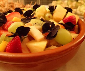 Fruitsalade met eetbare bloemetjes preview