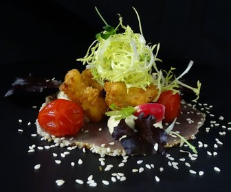 Tonijn gemarineerd met sesam en mosterd met krokante gamba en zoetzure tomaatjes preview
